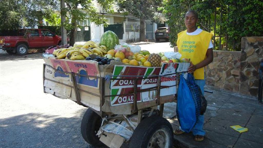 Fruktförsäljare med kärra på gatan i Maputu. Foto:Maria Sjöqvist, Sveriges Radio
