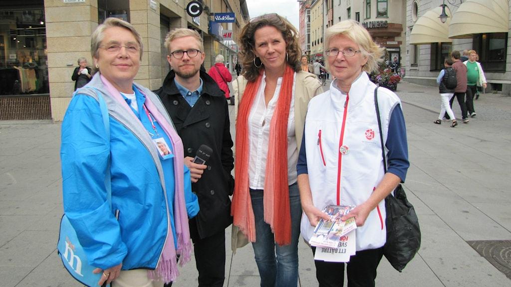 Klotets Tobias Abrahamsson och Marie-Louise Kristola tillsammans med valarbetare i Uppsala från (M) och (S). Foto: Johan Bergendorff / SR