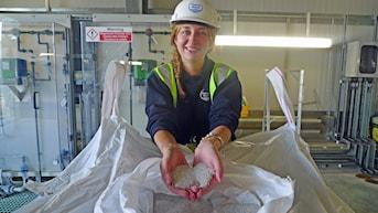 Rosanna Kleemann doktorerar på fosforåtervinning. Avloppskiten från Sloughs invånare har förvandlats till vita kulor av växtnäring. Foto: Marcus Hansson / Sveriges Radio