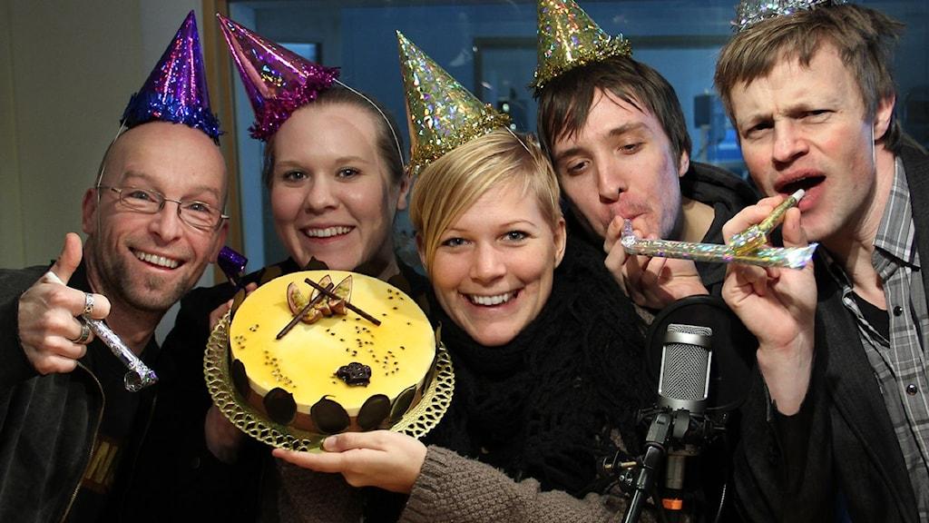 Jocke Müllo, Stina Held, Rebecka Gyllin, Frank Luthardt och Göran Eklund firar ettåringen. Foto: Peder Broberg/Sveriges Radio Blekinge.