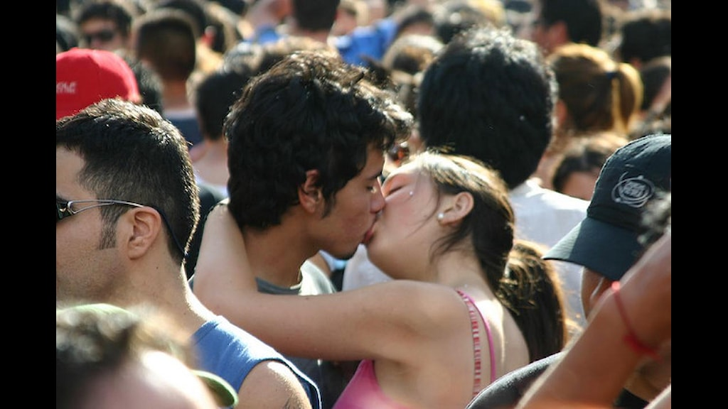 tjejer kysser varandra