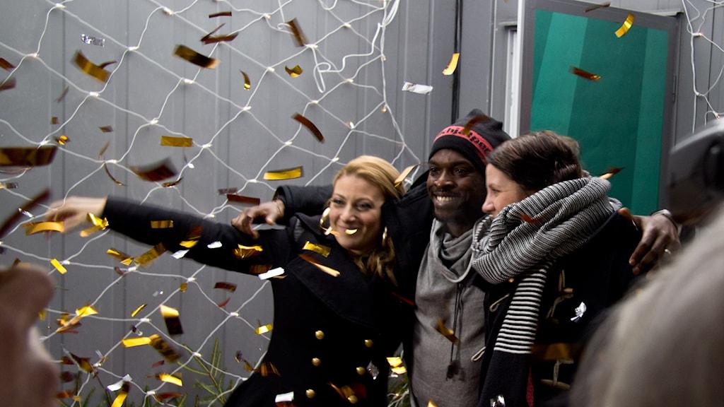 Sarah, Kodjo och Emma kommer ut ur glasburen efter Musikhjälpen 2013. Foto: Eric Tapper/Sveriges Radio