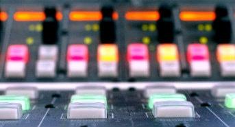 Kontrollbord på radiostation. Foto: Pontus Lundahl/Scanpic