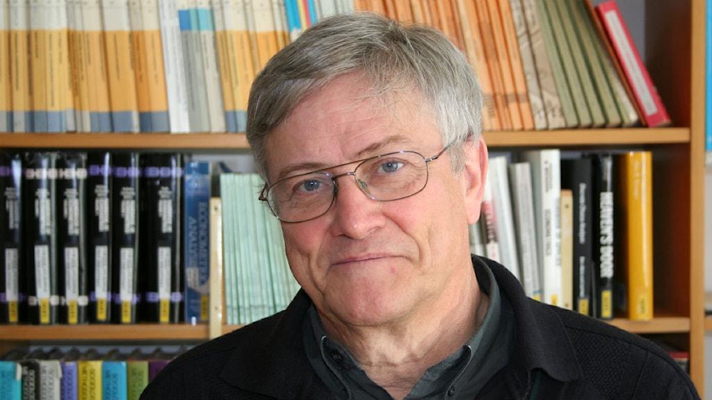 Porträtt av Eskil Wadensjö som är professor i nationalekonomi. Foto: Stockholms universitet.