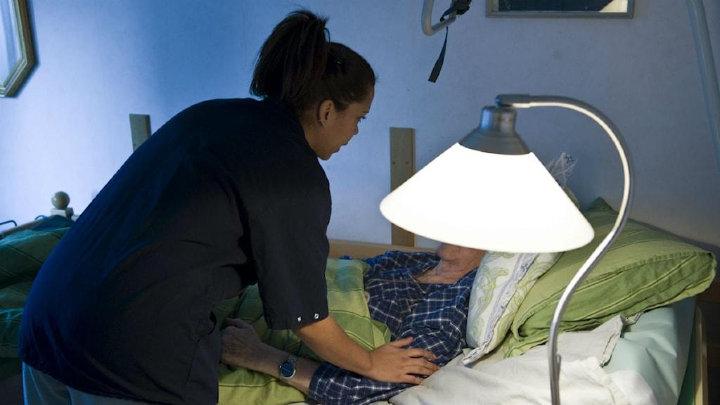 Personal på äldreboende klappar patient.