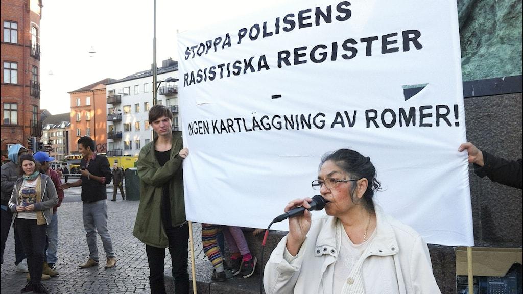 Monica Kalderas talar under en protest mot polisens registreringar av romer. Foto: Erika Oldberg / TT Nyhetsbyrån.