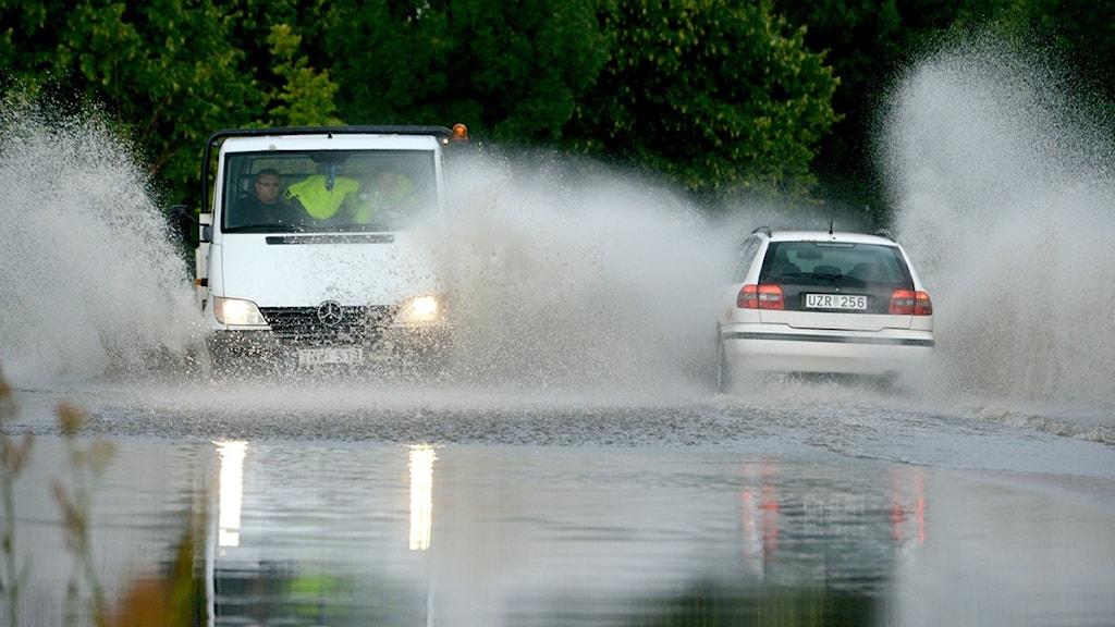 Det mesta regnet som spolas av våra vägar rinner ut orenat i sjöar och vattendrag. Foto: Johan Nilsson/TT