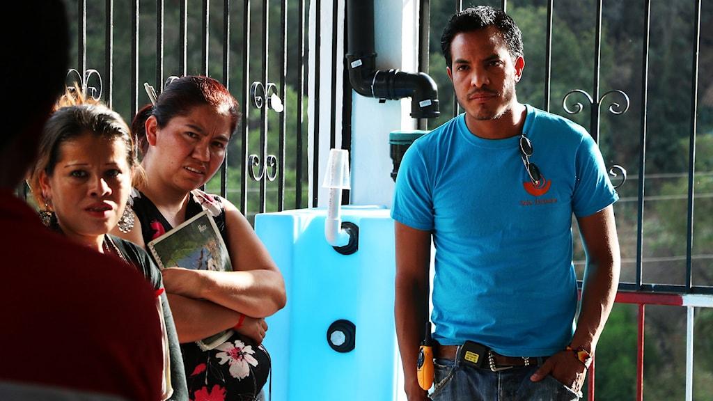 Hiram García från Isla Urbana visar mexikanska bybor hur systemet för att samla in regnvatten funkar. FN:s klimatpanel varnar för att klimatförändringarna kommer leda till värre vattenbrist framöver. Foto: Åsa Welander / Sveriges Radio