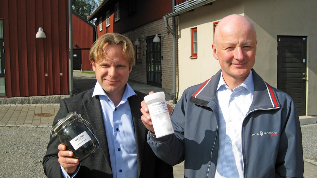 Ragn-Sells utvecklingschef Anders Kihl och Easymining Swedens vd Patrik Enfält vill förvandla svart avloppsslam till vitt fosforpulver. Foto: Johan Bergendorff/Sveriges Radio