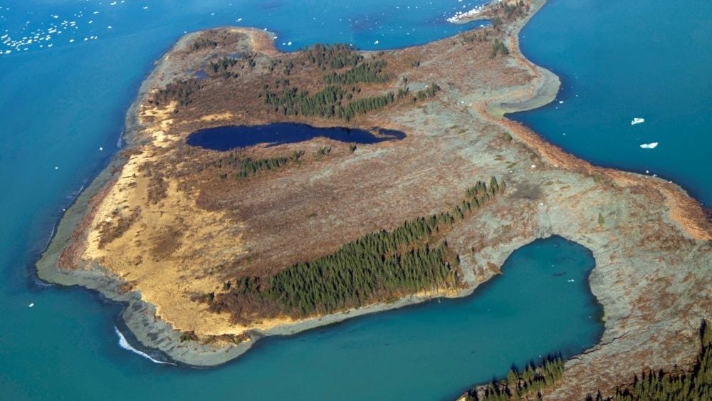 Enorma tsunamivågor bryter ödemarkens tystnad i Alaska