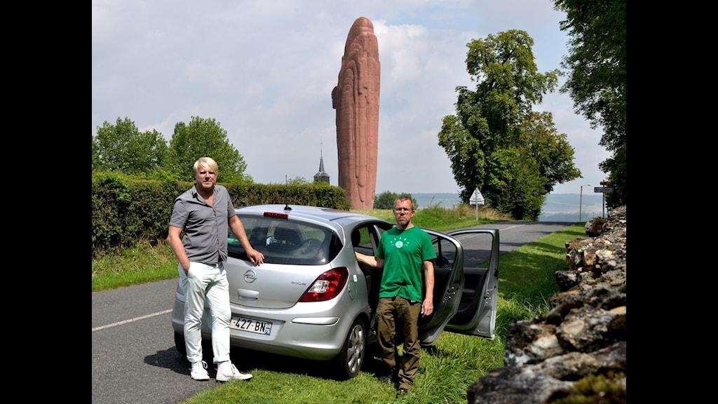 Tobias Svanelid och Nils Fabiansson vid det franska segermonumentet över Marneslaget. Foto: Nils Fabiansson