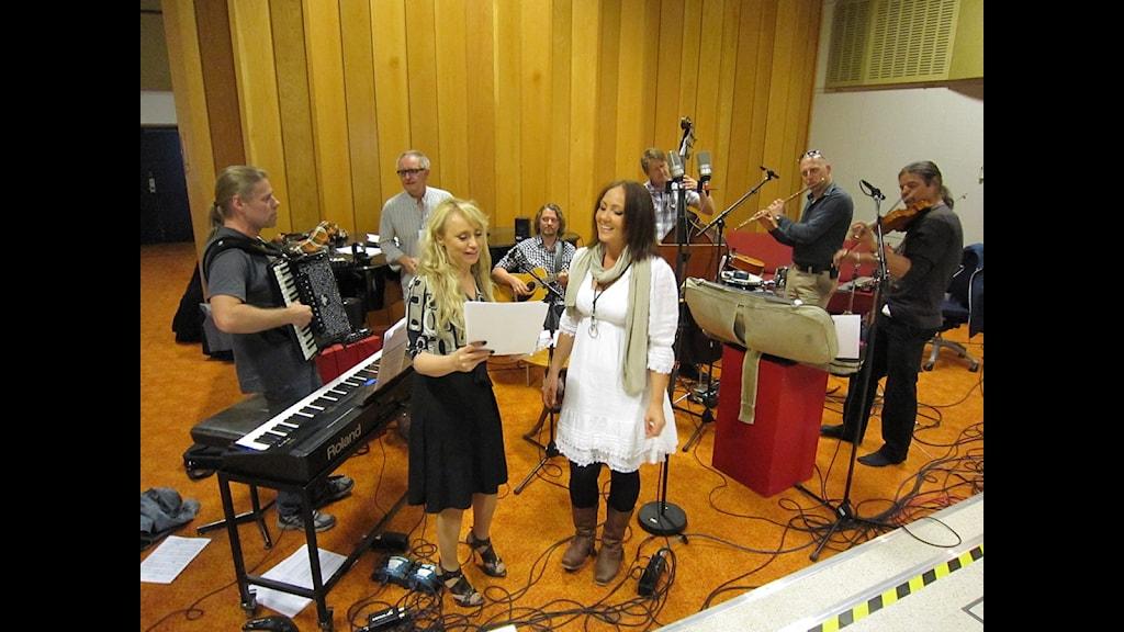 Snart dags för sändning. Nanne Grönvall och Hanna Hedlund repar med Lyxorkestern. Foto: Erika Strand-Berglund