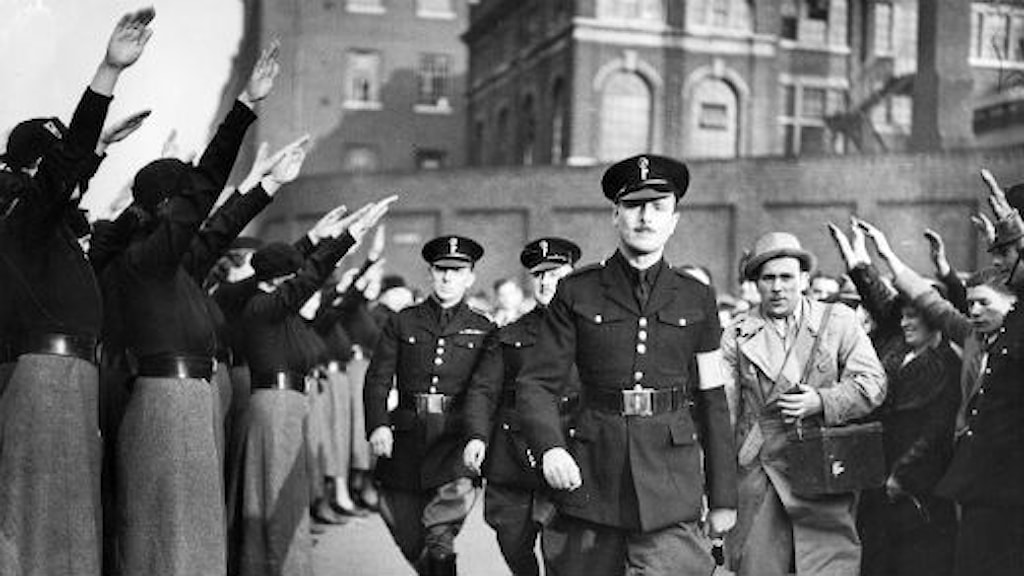 Fascistledaren Sir Oswald Mosley hyllas av demonstrerande svartskjortor i London 1936. Foto: SVT Bild