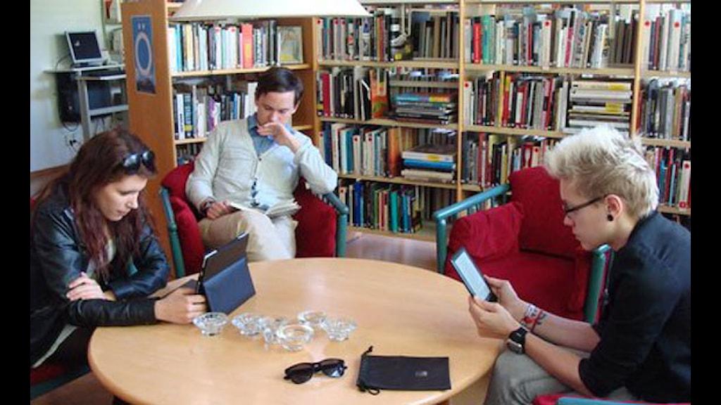 Surfplatta, läsplatta eller bok: vad är bäst? Vår panel Lovisa, Mikael och Jennifer testar. Foto: Elisabeth Renström