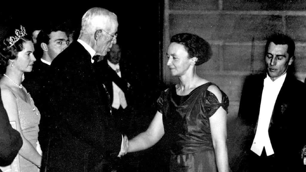 Marie Curies dotter Irène Joliot-Curie tar emot kemipriset av Gustav V år 1935. Foto: Dan Hansson/TT