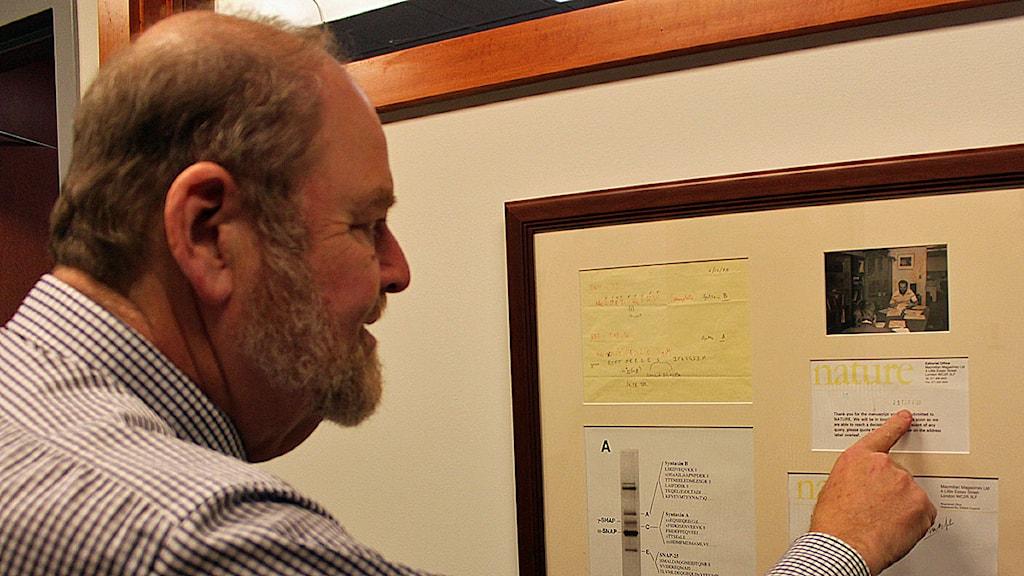 James Rothman har ramat in brevet från tidskriften Nature om artikeln som ledde till Nobelpris. Foto: Annika Östman/SR