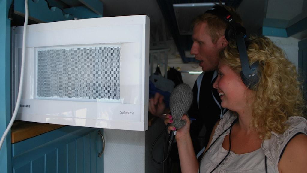 Andreas och Maria inpekterar Donnez turnébuss och ger dem underkänt för bland annat microvågsugnen och halkskyddet. Foto: Alfred Wennerberg/SR.