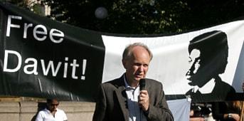 Stig Fredriksson talar under en demonstration på femårsdagen av Dawit Isaaks fängslande. Foto: Måns Langhjelm/Scanpix.