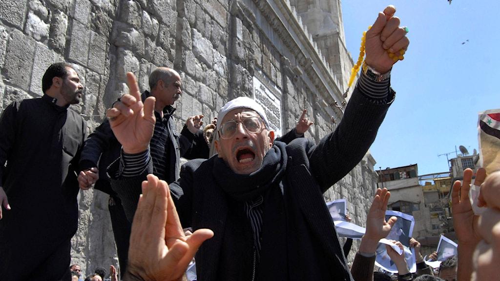En man protesterar utanför en moské i Damascus. Foto: Muzaffar Salman/Scanpix.