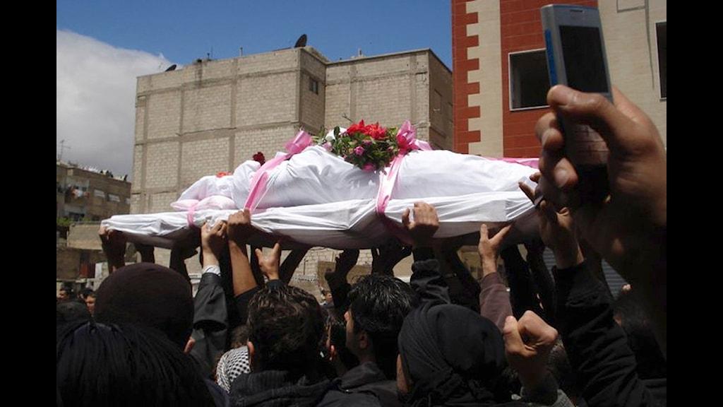 Begravning i Syrien, i protesternas spår.