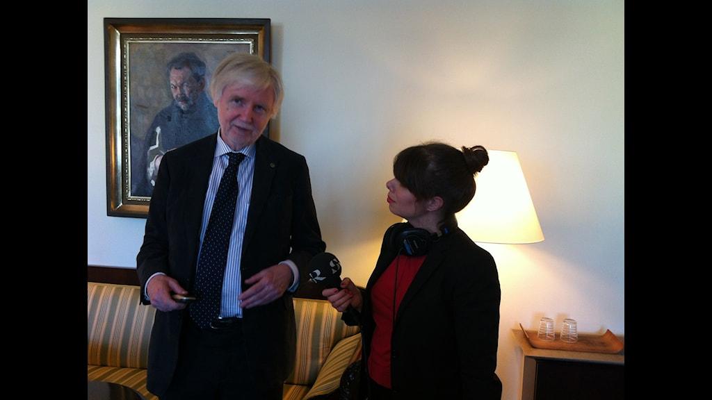 Finlands utrikesminister Erkki Tuomioja med vår korrespondent i sitt arbetsrum på Skatudden i Helsingfors. I bakgrunden ett porträtt av poeten Eino Leino.