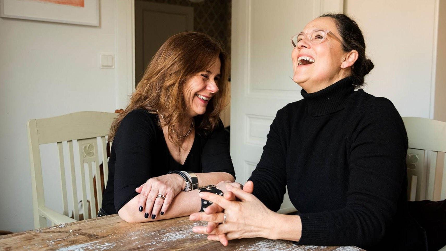 Katarina Hahr möter skådespelaren Pernilla August i ett samtal om kärlek