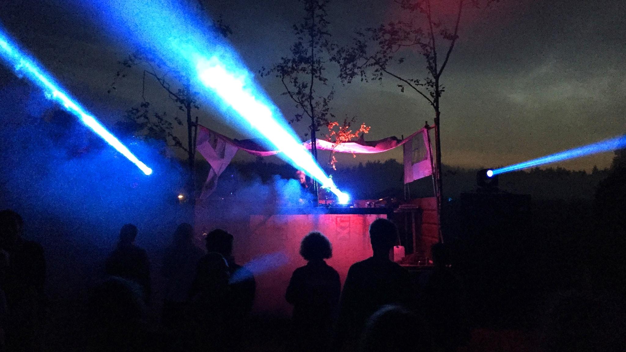 Sandra Mosh spelar techno för rave under bar himmel