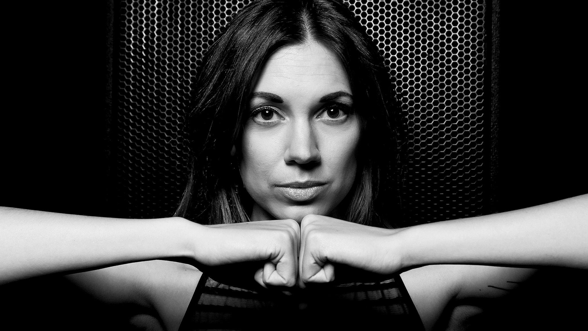 Sandra Mosh mixar house och techno som höjer stämningen