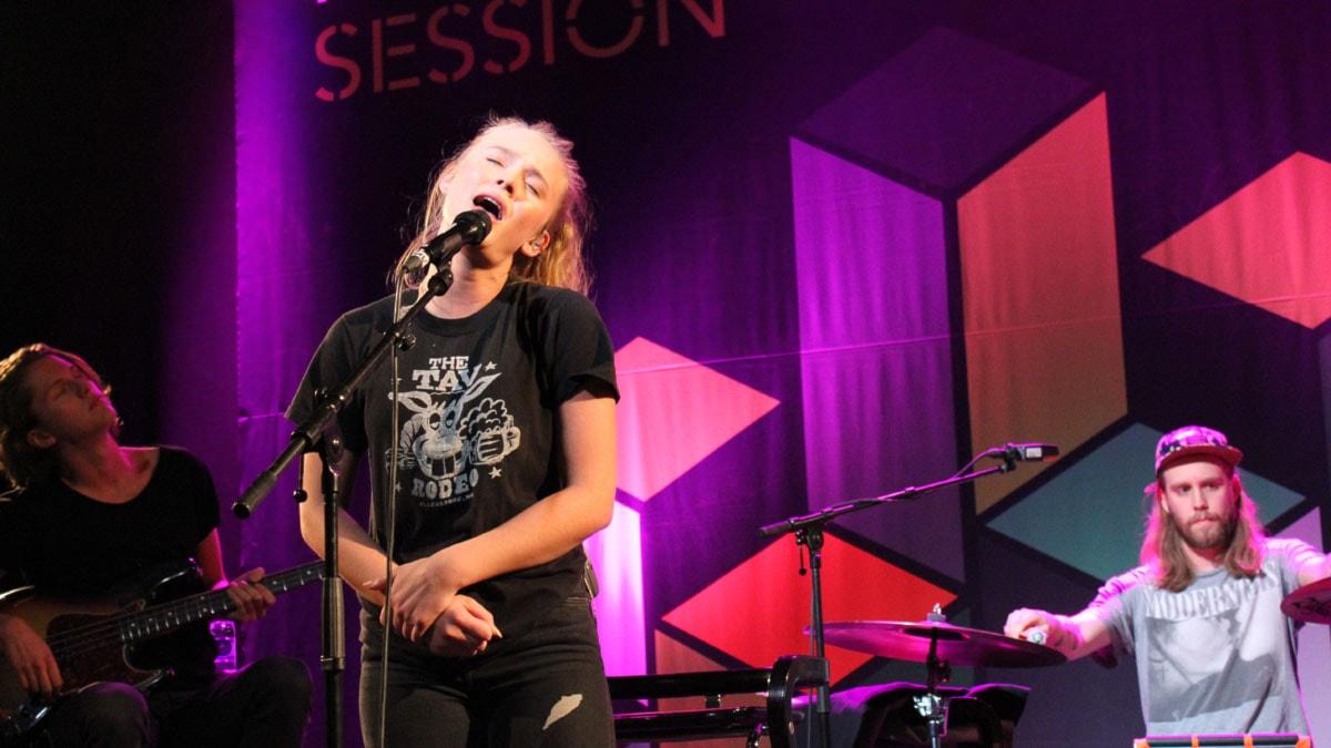 Zara Larsson och 1987 spelar live i Session