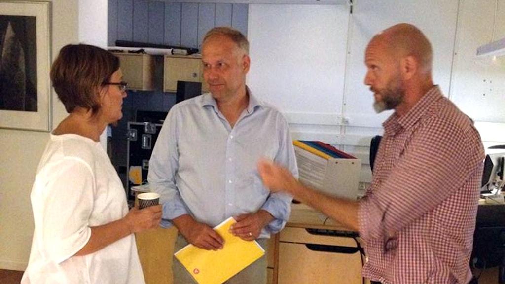 Jonas Sjöstedt inför Ekots utfrågning. Monica Saarinen och Lasse Johanssonlotte Karlsmark. Foto: Lotta Karlsmark/Sveriges Radio.