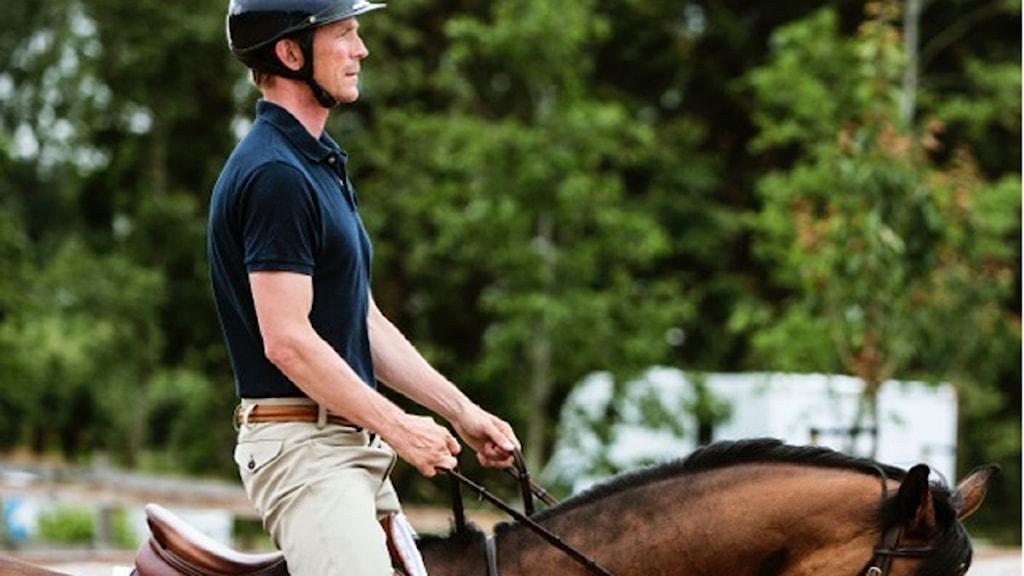 Man som sitter på häst. Foto: Sveriges Radio