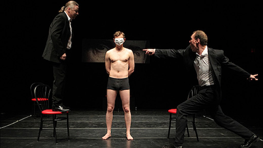"Nikolaj Chalezin, Pavel Gorodnitski och Denis Tarasenko i en uppsättning av ""Being Harold Pinter"" i New York i maj 2011. Foto: Joan Marcus/AP"