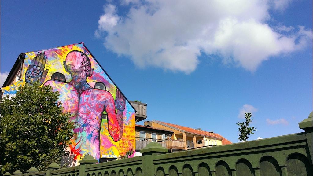 I juli fick Simrishamn sin första lagliga graffitimålning signerad Carolina Falkholt. Foto: Lydia Farran-Lee/SR