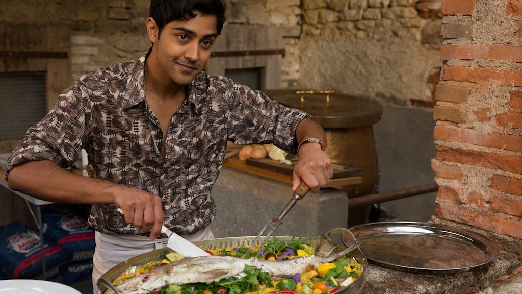 Hassan, spelad av Manish Dayal, har stora kockdrömmar. Foto: Nordisk film