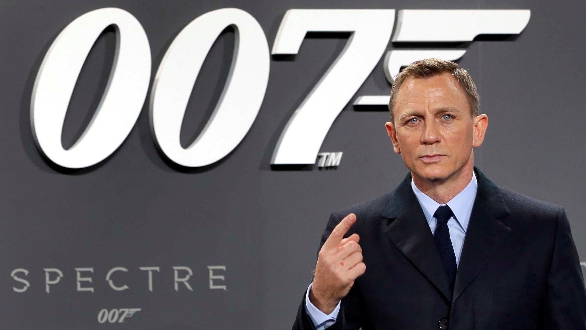 V 44 Vi är här och Bond är tillbaka