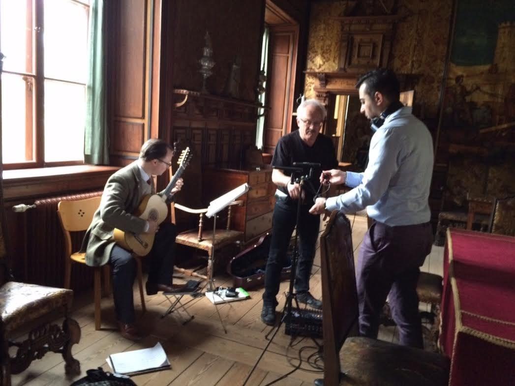 Mårten Falk befinner sig på Ulriksdals slott och tar fram barockgitarren