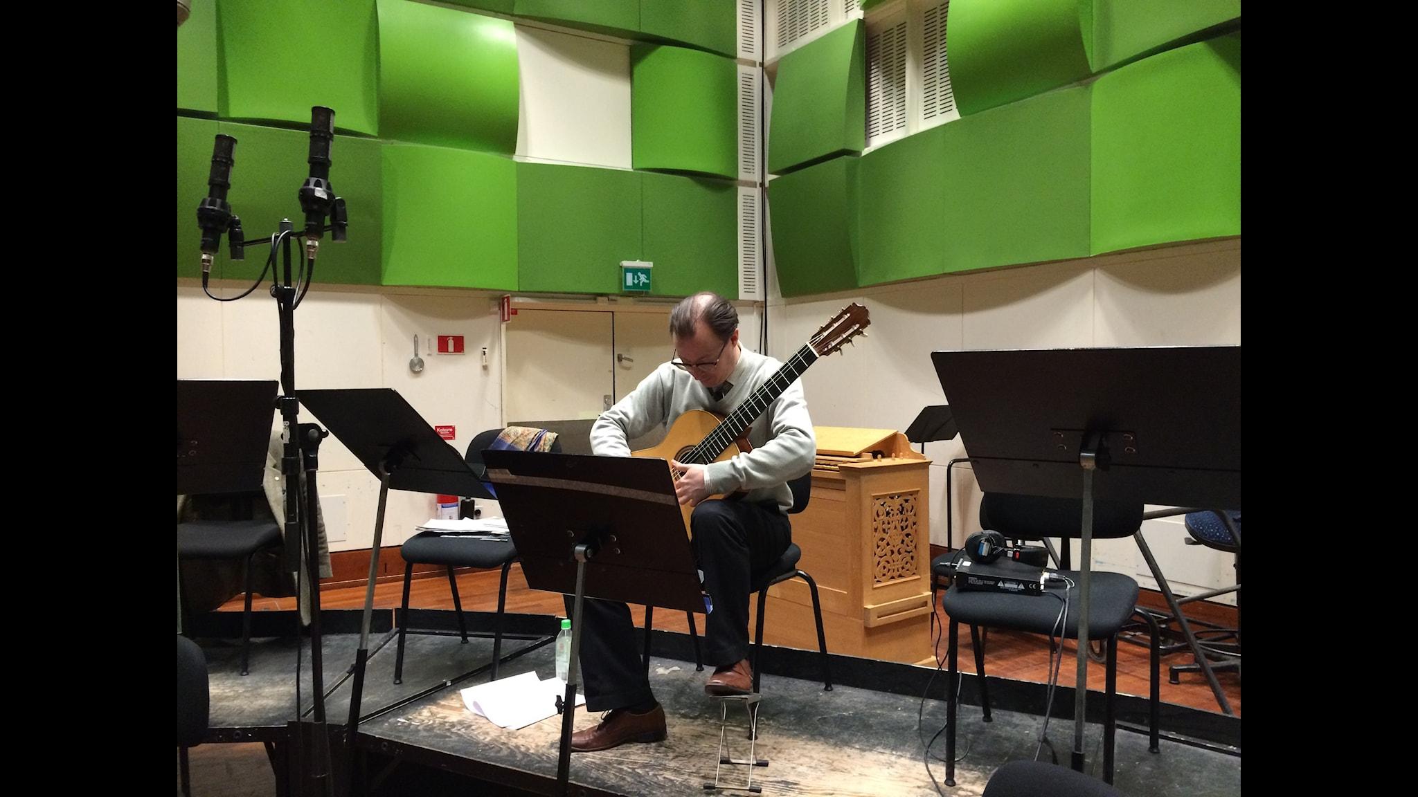 Mårten Falk i den modernistiska gräsgröna studio 2 i Radiohuset