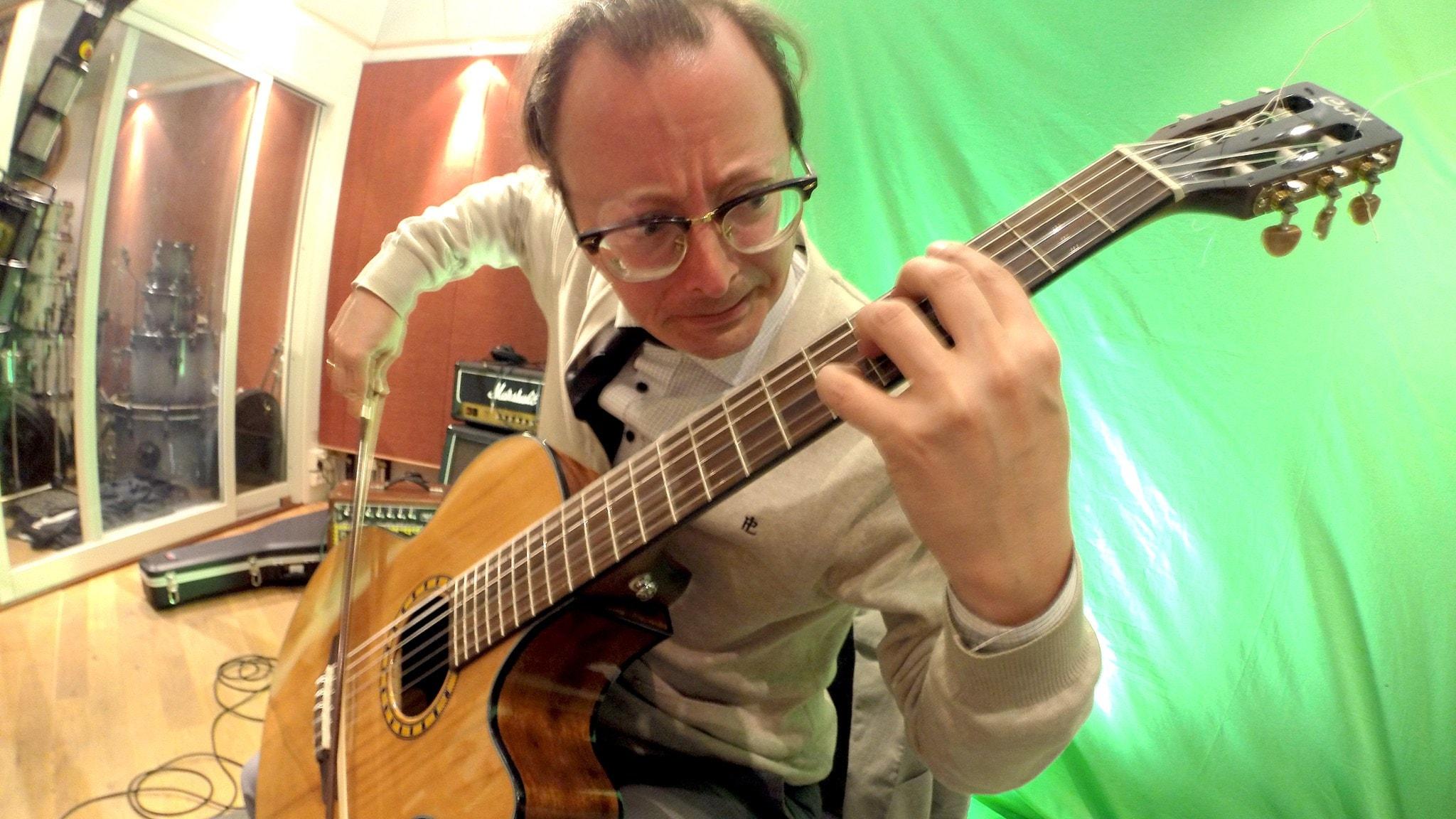 Mårten Falk når 2000-talet och möter livs levande kompositörer