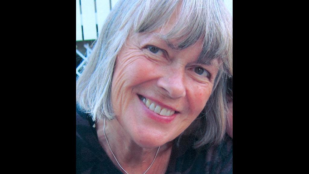 Lotta Rosenström har grått hår i pagefrisyr och ser glad ut.