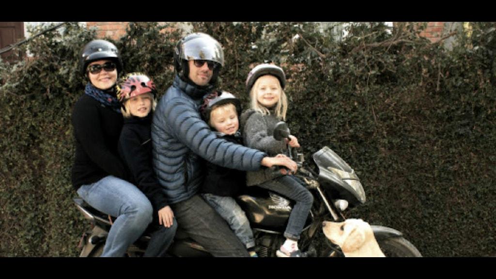 Familjen Thiessen: Mirjam, Joel, Preston, Jacob och Jonna. Okänd fotograf.