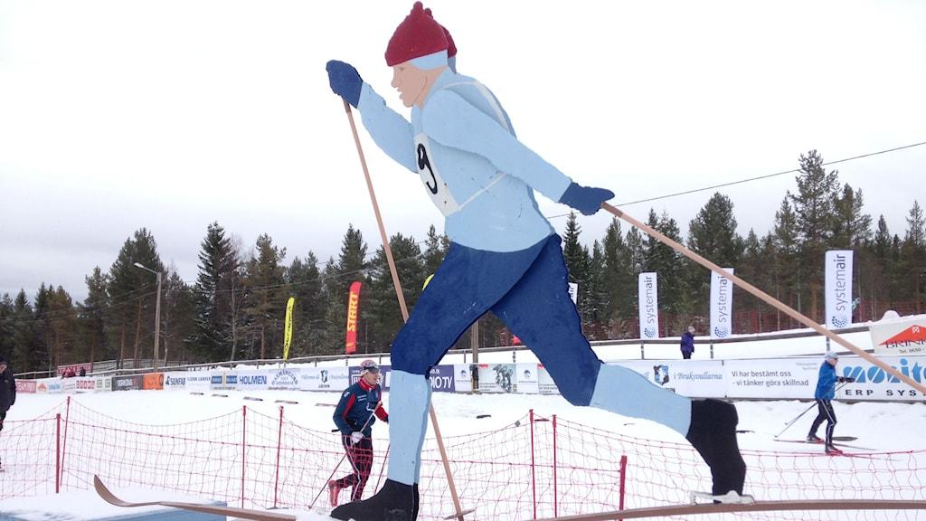 Den klassiska längdåkarstatyn på skidstadion i Åsarna har funnits på plats sedan 70-talet och gjordes av på initiativ av bland annat klubbens sekreterare Ann-Kristin Andersson. Foto: Jessica Brander/Sveriges Radio.