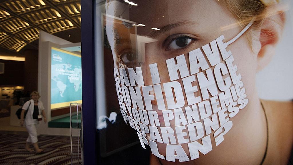 Affischer på en influensa-konferens i Hongkong. Foto: Vincent Yu/Scanpix.