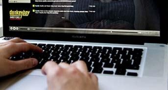 Tjej som tittar på Spotify i sin laptop. Foto: Pontus Lundahl/Scanpix.
