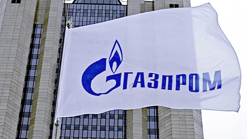 Flagga med Gazproms logotyp framför skyskrapa. Foto: Misha Japaridze/Scanpix
