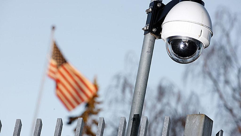 En övervakningskamera vid staketet på den amerikanska ambassaden i Stockholm på lördagen. Foto: Fredrik Persson/Scanpix.