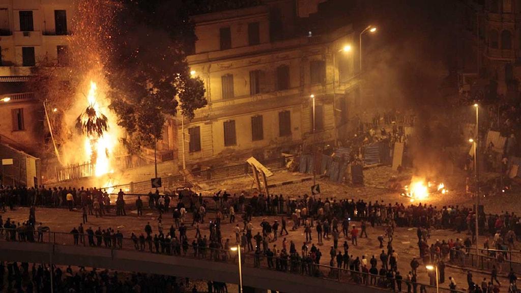 Demonstranter för och emot Mubarak under natten i Kairo. Foto: Lefteris Pitarakis/Scanpix.