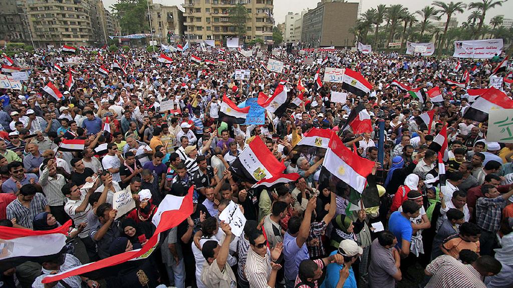 Tusentals människor samlade till protester på Tahrirtorget i Kariro. Foto: Khalil Hamra/Scanpix.