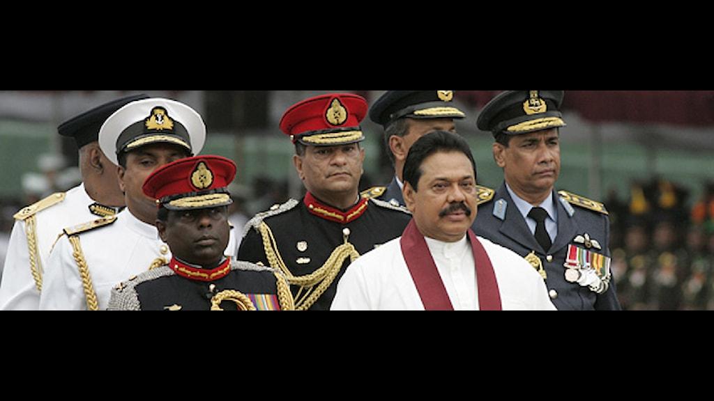 Sri Lankas president Mahinda Rajapaksa i röd scarf, omgiven av flera militärer. Foto: Chamila Karunarathne/Scanpix.