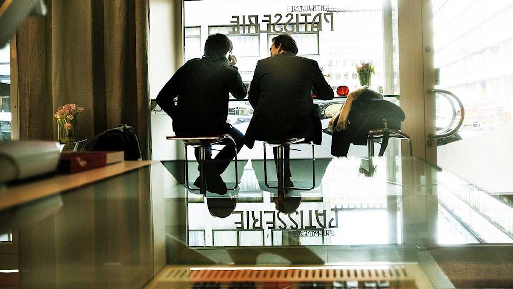 Två män sitter vid fönstret på en restaurang. Foto: Magnus Hjalmarson Neideman/Scanpix.