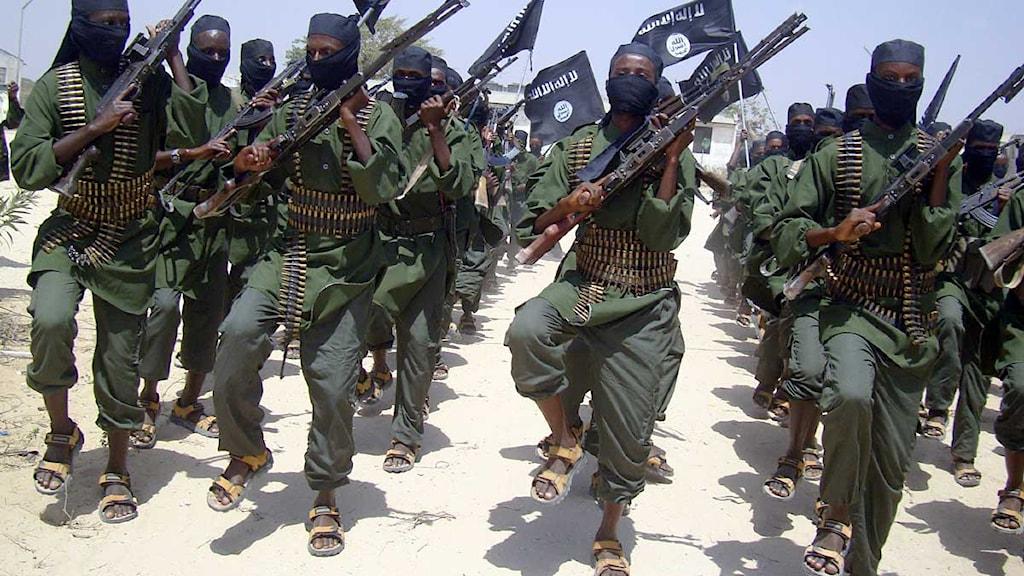 En grupp soldater från somaliska al-Shabab marscherar utanför Mogadishu.